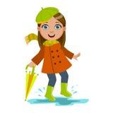 La muchacha en boina verde con el paraguas, niño en la lluvia de Autumn Clothes In Fall Season Enjoyingn y tiempo lluvioso, salpi Imagenes de archivo