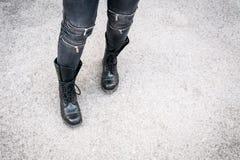 La muchacha en botas negras usadas Fotografía de archivo libre de regalías
