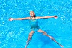 La muchacha en círculo de la natación se relaja en piscina Imagenes de archivo