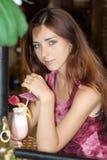 La muchacha en café foto de archivo