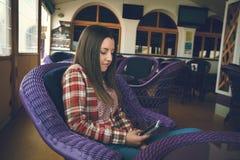 La muchacha en café Imágenes de archivo libres de regalías