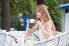 La muchacha en café del verano Foto de archivo libre de regalías