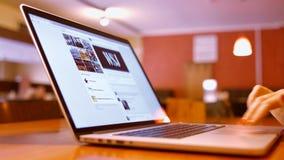 La muchacha en café y lee las noticias Facebook almacen de video