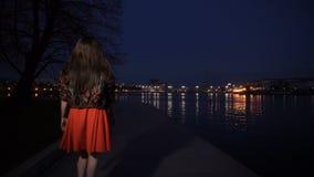La muchacha en caminar rojo del vestido metrajes