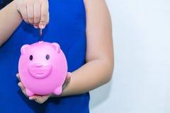 La muchacha en la camisa azul, concepto futuro del ahorro fotos de archivo libres de regalías