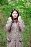 La muchacha en la capa marrón en el bosque foto de archivo libre de regalías