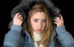 La muchacha en chaqueta caliente con un capo motor Imagenes de archivo