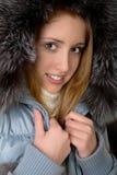 La muchacha en chaqueta caliente con un capo motor Imagen de archivo