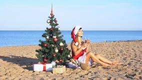 La muchacha en complejo playero en la Navidad viste por el Año Nuevo en las zonas tropicales almacen de video