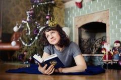 La muchacha en el Año Nuevo de la chimenea Foto de archivo libre de regalías