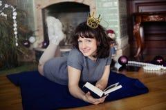 La muchacha en el Año Nuevo de la chimenea Imagen de archivo