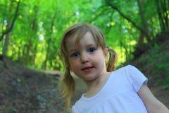 La muchacha en el bosque Foto de archivo