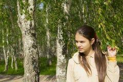 La muchacha en el bosque. Fotos de archivo
