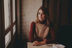 La muchacha en el café Fotos de archivo