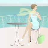La muchacha en el café por el mar Fotos de archivo libres de regalías