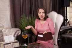 La muchacha en el café imagen de archivo libre de regalías