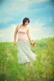 La muchacha en el campo de colores Foto de archivo