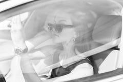 La muchacha en el coche Imagenes de archivo