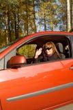 La muchacha en el coche rojo Fotos de archivo