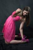 La muchacha en el color de rosa Imagenes de archivo