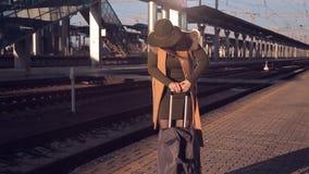 La muchacha en el ferrocarril atascó la manija en la maleta almacen de video
