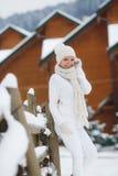 La muchacha en el fondo de un paisaje del invierno Imagen de archivo