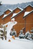La muchacha en el fondo de un paisaje del invierno Imagen de archivo libre de regalías