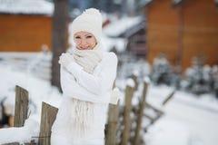 La muchacha en el fondo de un paisaje del invierno Imagenes de archivo