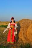 La muchacha en el henil con pan y una toalla Imagen de archivo