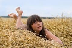 La muchacha en el heno Imagenes de archivo