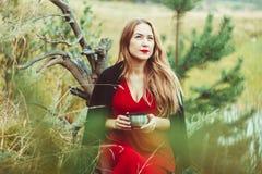 La muchacha en el lago con té Imagen de archivo
