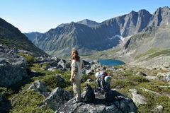 La muchacha en el lago en las montañas de la gama de Barguzin Imagenes de archivo