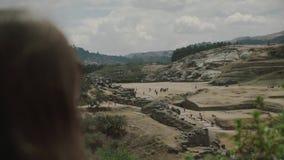 La muchacha en el lugar de la visión muchacha en el parque nacional, visión desde la parte posterior Suramérica, Perú almacen de video