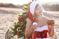 La muchacha en el mar en la Navidad del centro turístico y el Año Nuevo Imagenes de archivo