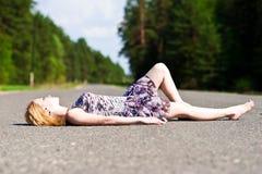 La muchacha en el pavimento Imagen de archivo