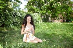 La muchacha en el prado Foto de archivo