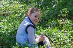La muchacha en el prado con las flores azules imágenes de archivo libres de regalías