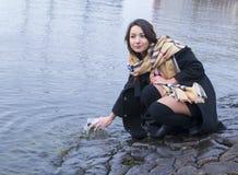 La muchacha en el río en un puente de piedra Imagen de archivo libre de regalías