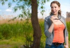 La muchacha en el regazo de la naturaleza Imagen de archivo libre de regalías