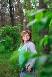 La muchacha en el regazo de la naturaleza Fotografía de archivo