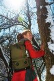 La muchacha en el seguimiento del bosque del invierno imagenes de archivo