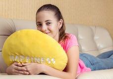 La muchacha en el sofá Fotos de archivo libres de regalías