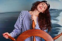 La muchacha en el sombrero del pirata que lleva el chaleco marino imagen de archivo