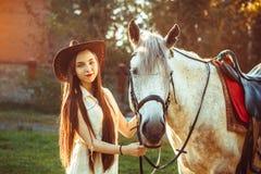 La muchacha en el sombrero en el caballo Fotos de archivo libres de regalías