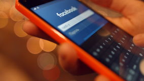 La muchacha en el teléfono móvil viene en las redes sociales Facebook 4K 30fps ProRes metrajes