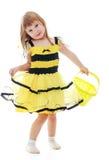 La muchacha en el traje de la abeja que sostiene un cubo Fotos de archivo libres de regalías