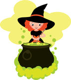 La muchacha en el traje de la bruja de Halloween cocina una poción en el pote grande Fotografía de archivo