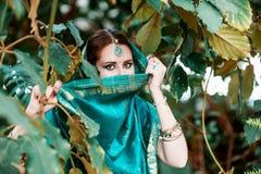 La muchacha en el traje indio azul Fotografía de archivo libre de regalías
