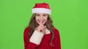 La muchacha en el traje rojo de la doncella de la nieve regaña y señala su finger un poco más reservado Pantalla verde Cierre par metrajes