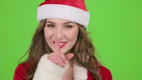 La muchacha en el traje rojo de la doncella de la nieve regaña y señala su finger un poco más reservado Pantalla verde Cierre par almacen de video